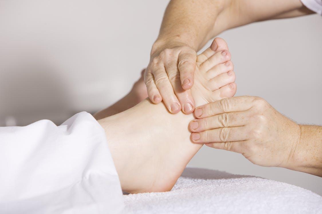 masseur masseuse kiné pied massage