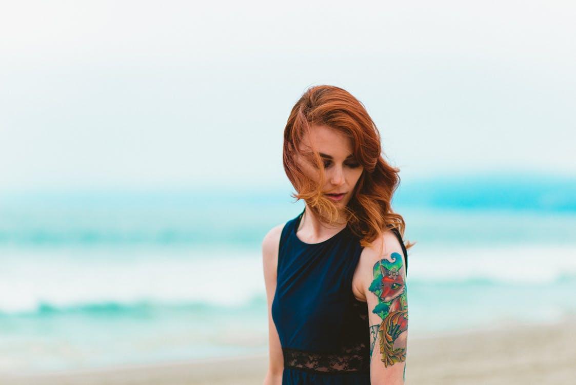 femme tatouage plage seule célibataire étapes couple