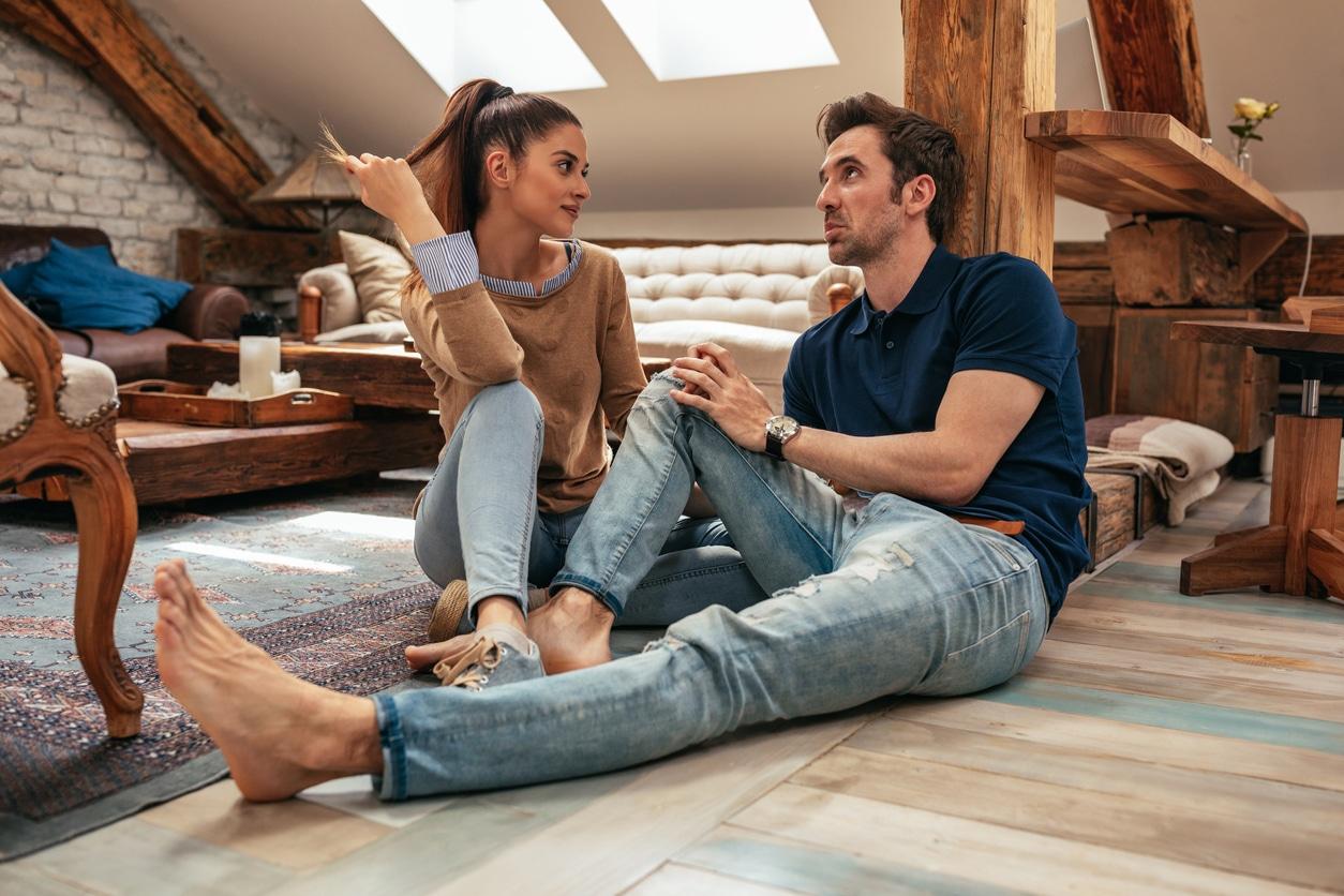 couple maison chambre parler discuter trouver la bonne personne