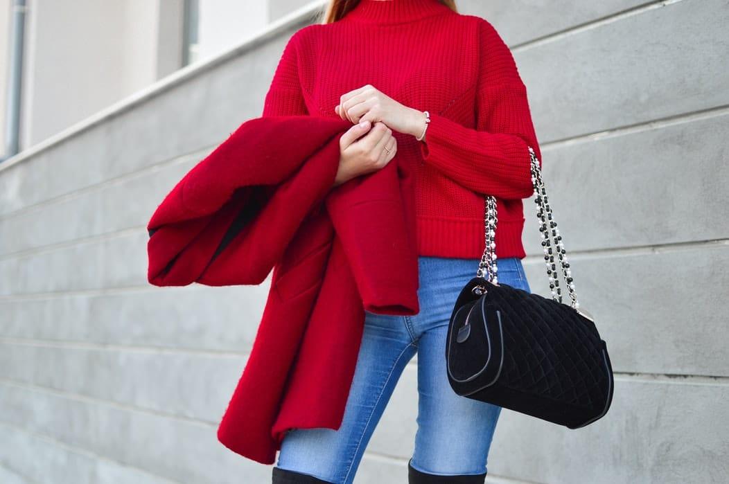 astuces frileuses mode pull manteau rouge femme sac
