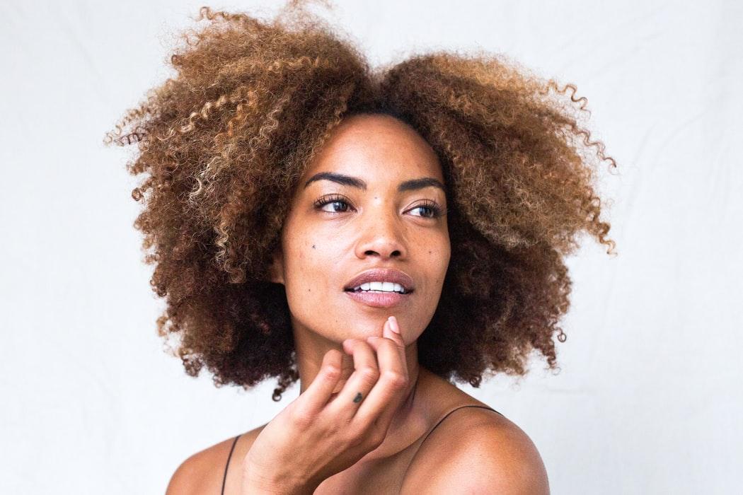 femme métisse cheveux afro secs frisés