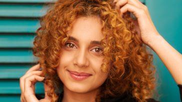 femme cheveux bouclés ondulés