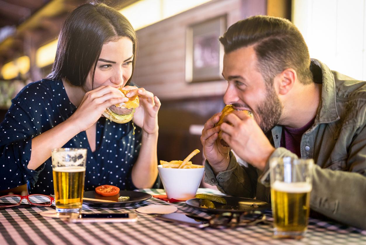 nourriture couple restaurant manger burger séduire