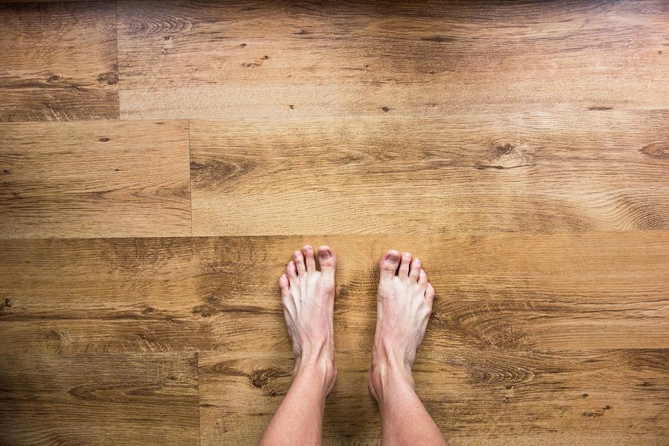 pieds nus sur le bois