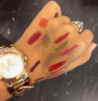 poignet femme test différents rouges à lèvres mains