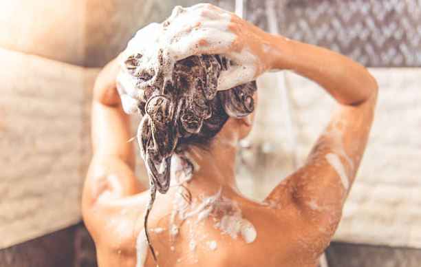 prendre une douche shampoing