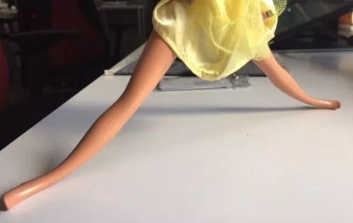 grand écart jouer à la poupée barbie