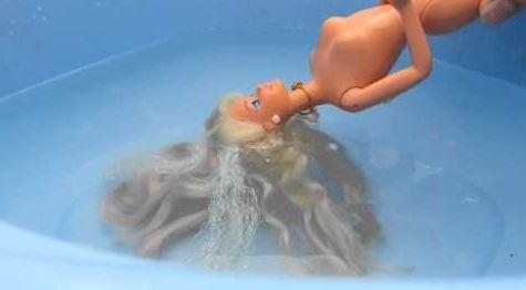 poupée Barbie bain eau