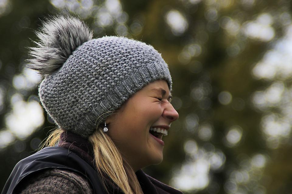 bailler rire bonnet froid hiver femme blonde