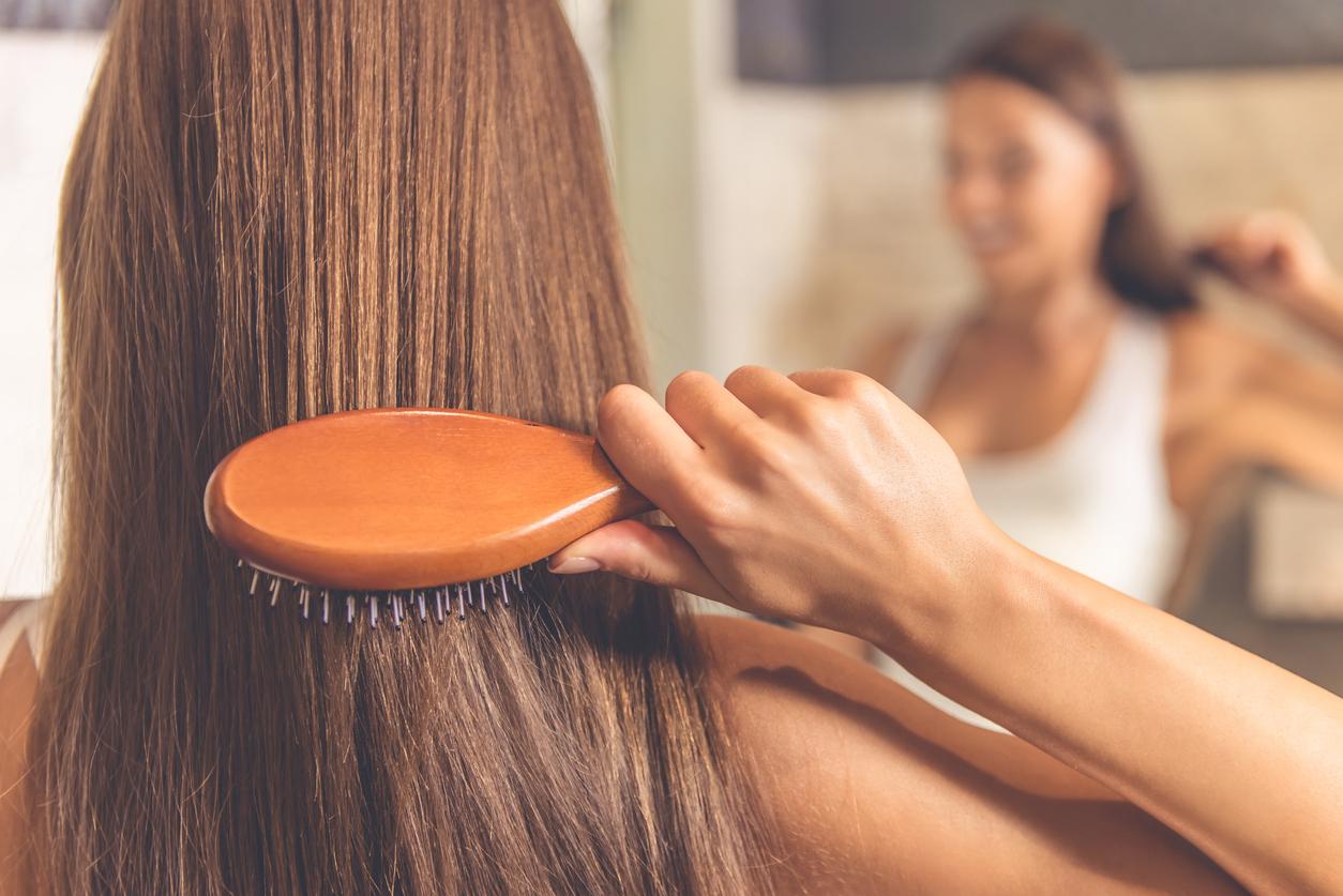 femme brosser cheveux chevelure brosse peigner