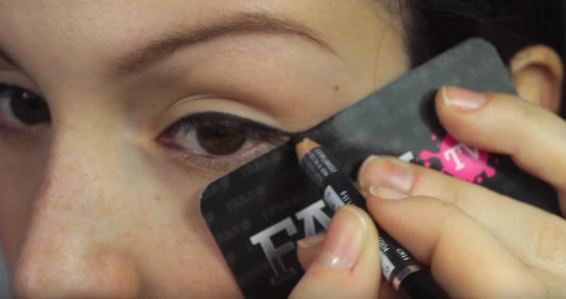carte de crédit eye liner astuce beauté facile