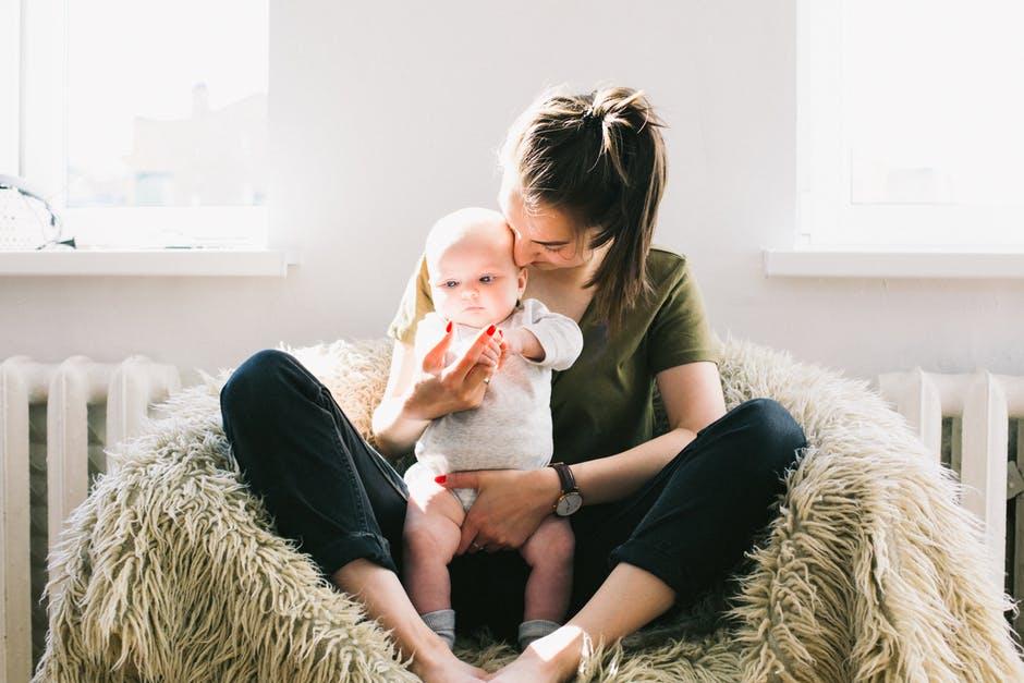 jeune maman bébé enfant choses à savoir sur la maternité