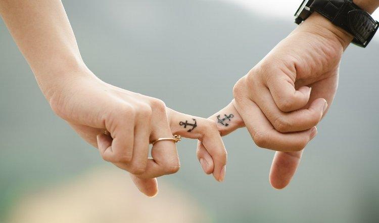 couple main dans la main tatouage doigts amour homme femme vie