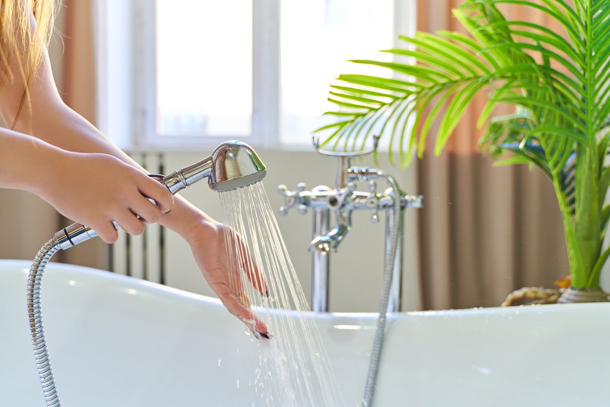 prendre sa douche bain salle de bain pommeau peau sèche