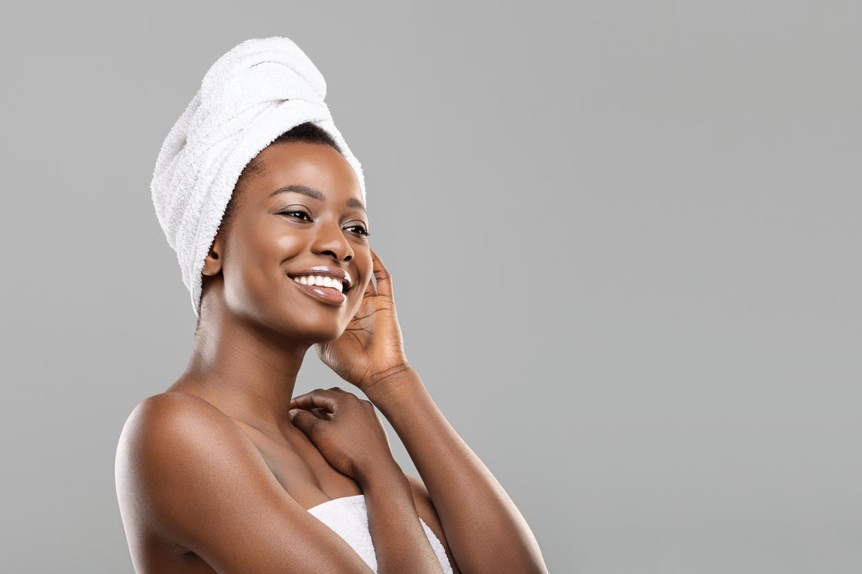 femme serviette éponge cheveux secs douche bain shampoing sécher