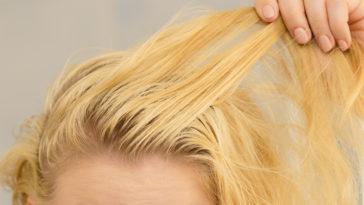 femme cheveux gras blonde sébum cuir chevelu astuces