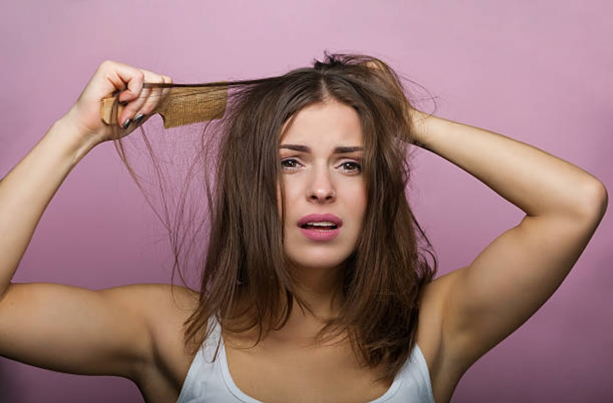 astuces coiffure gratter les cheveux