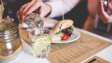 restaurant se servir eau verre boire femme menu