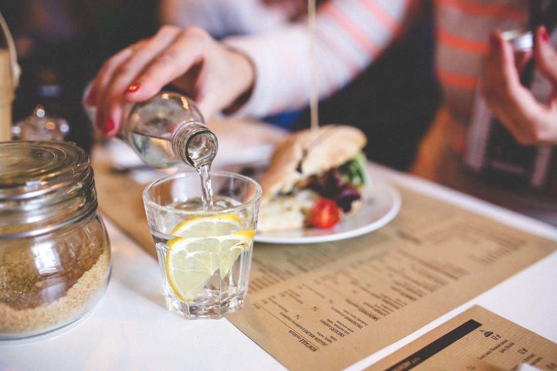 s'hydrater boire de l'eau pendant un repas verre menu restaurant