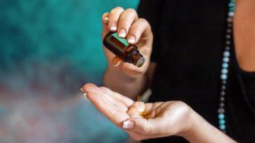 femme creux main huile essentielle