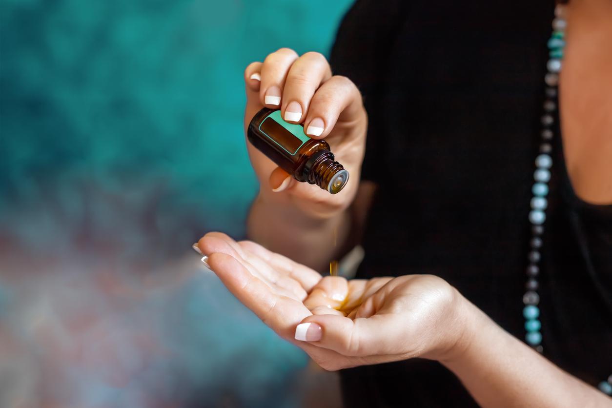 femme creux main huile essentielle vertus