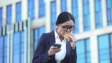 manger trop vite burger nourriture travail retard stress femme