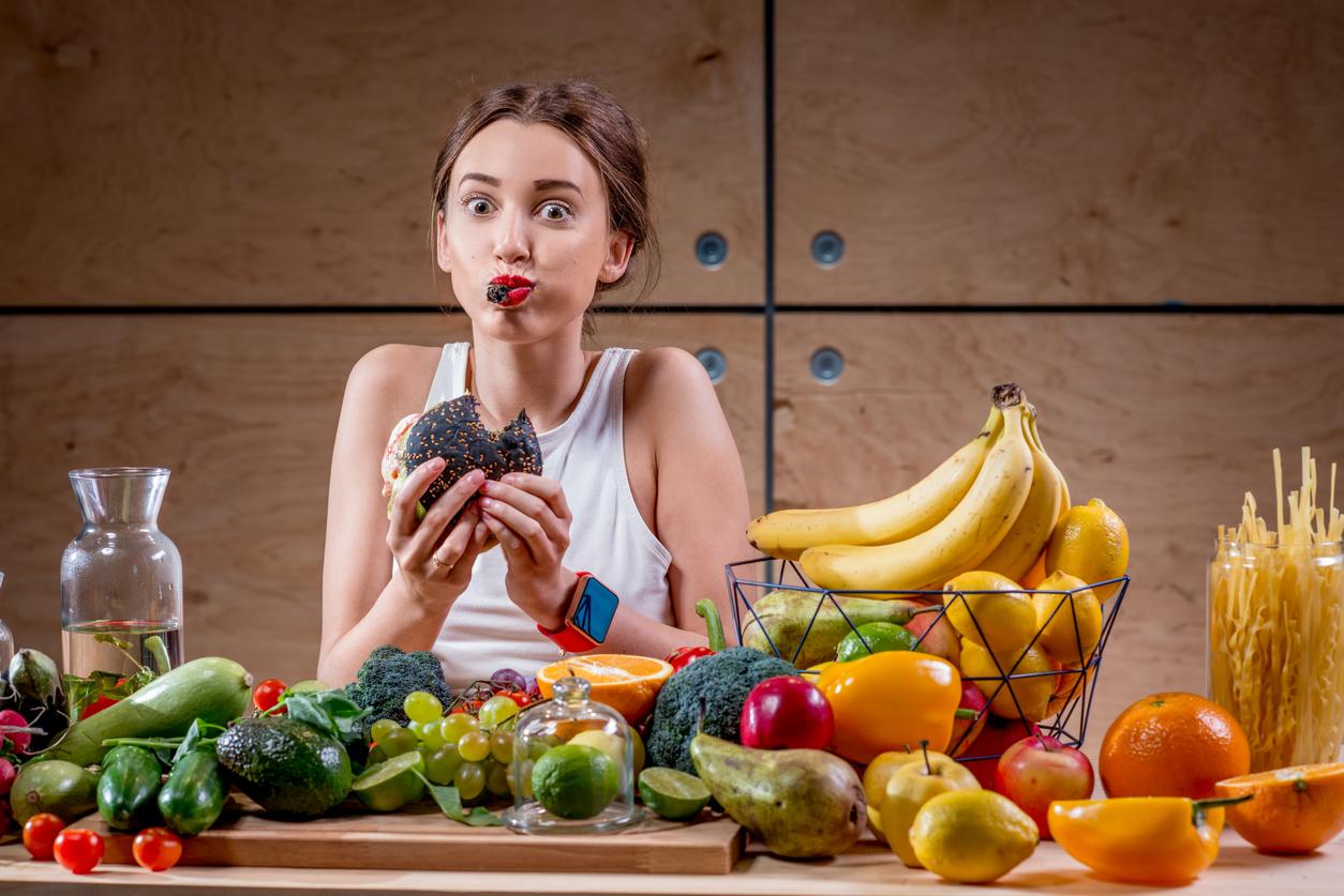 faim manger trop vite table nourriture fruits femme