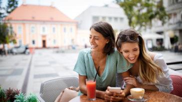 vacances entre filles copines amies femmes café voyager amitié activités