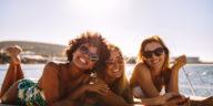 vacances entre copines filles femmes bateau été mer plage soleil amies activités amis