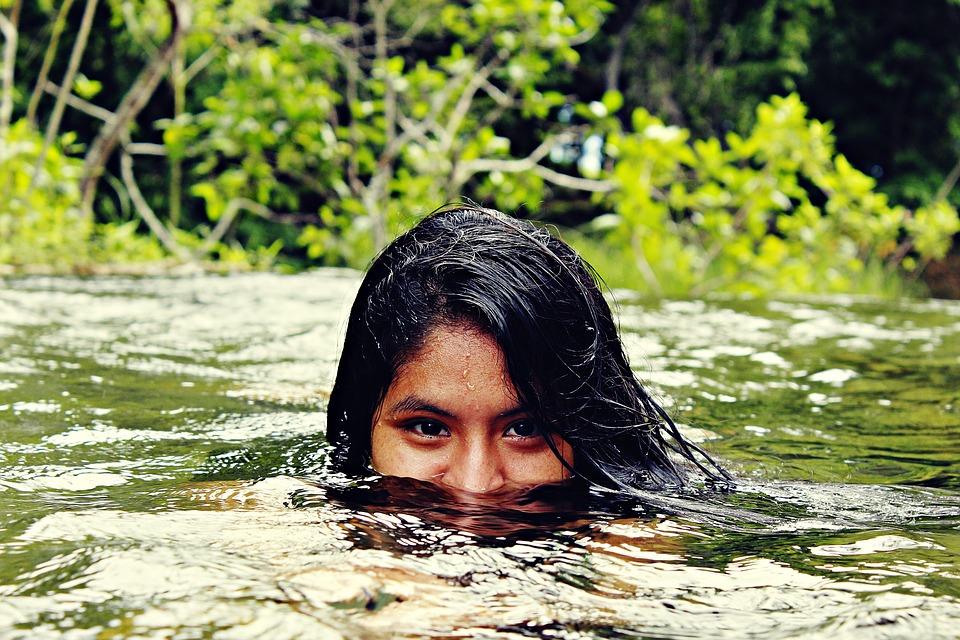 femme rivière nager eau