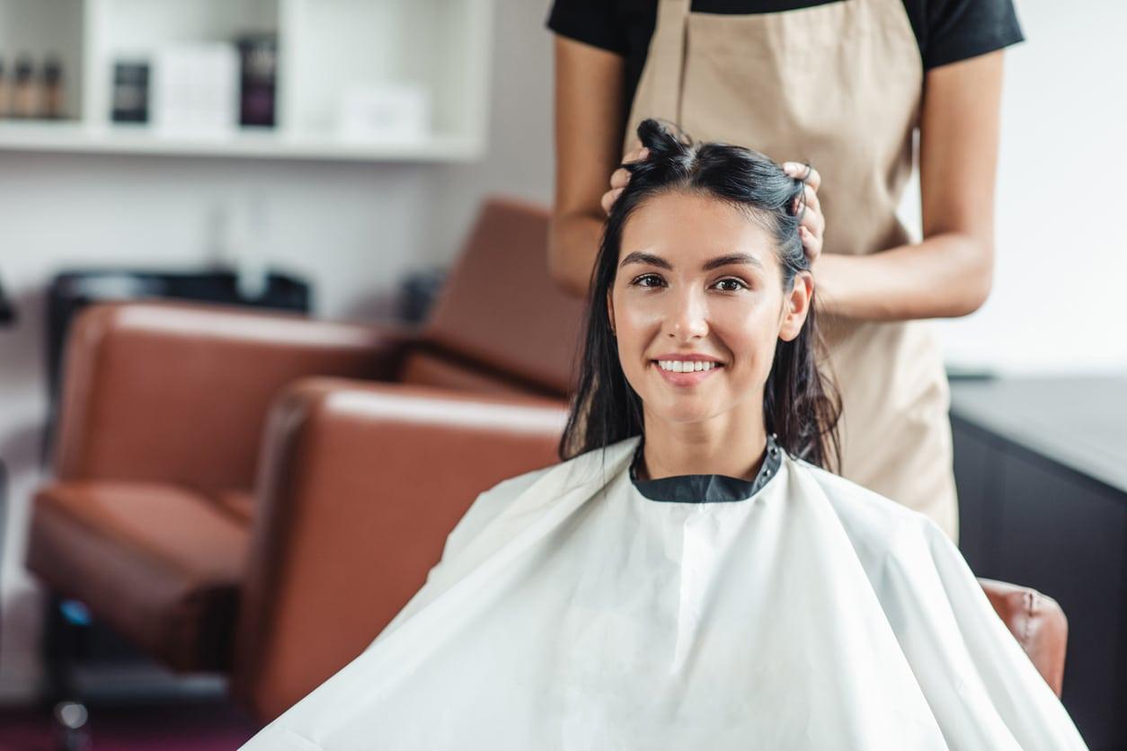 aller chez le coiffeur femme coiffure coupe cheveux coiffeuse