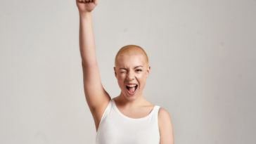 femme cancer crâne rasé combat gagner maladie chimio thérapie