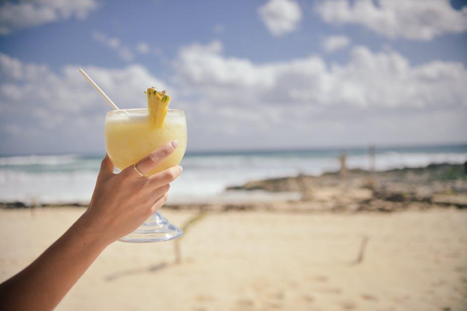 cocktail sans alcool femme enceinte fêtarde plage vacances