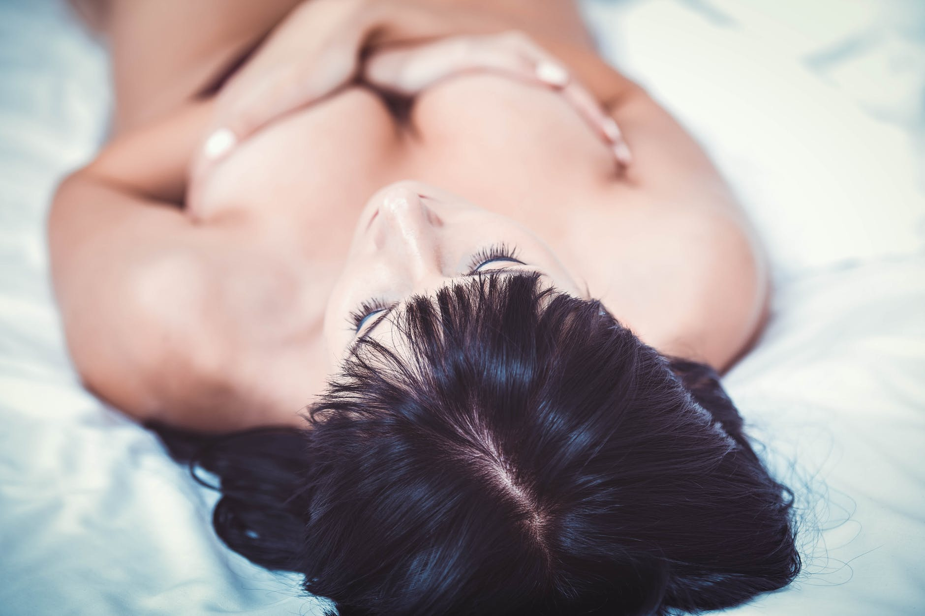 femme nue lit