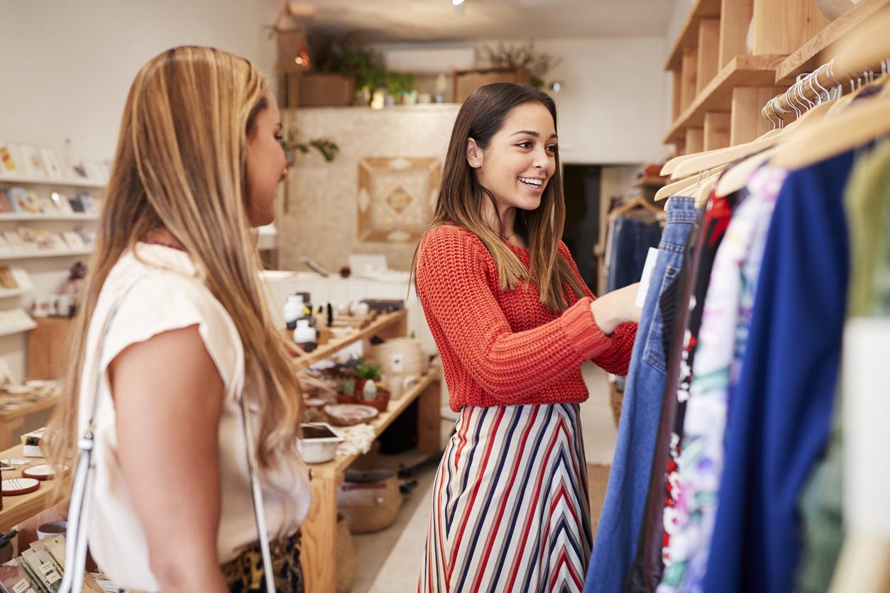 femme vendeuse prêt à porter boutique vêtements magasin mode shopping