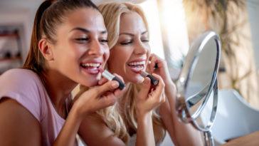 copines se maquiller entre filles maquillage rouge à lèvres miroir
