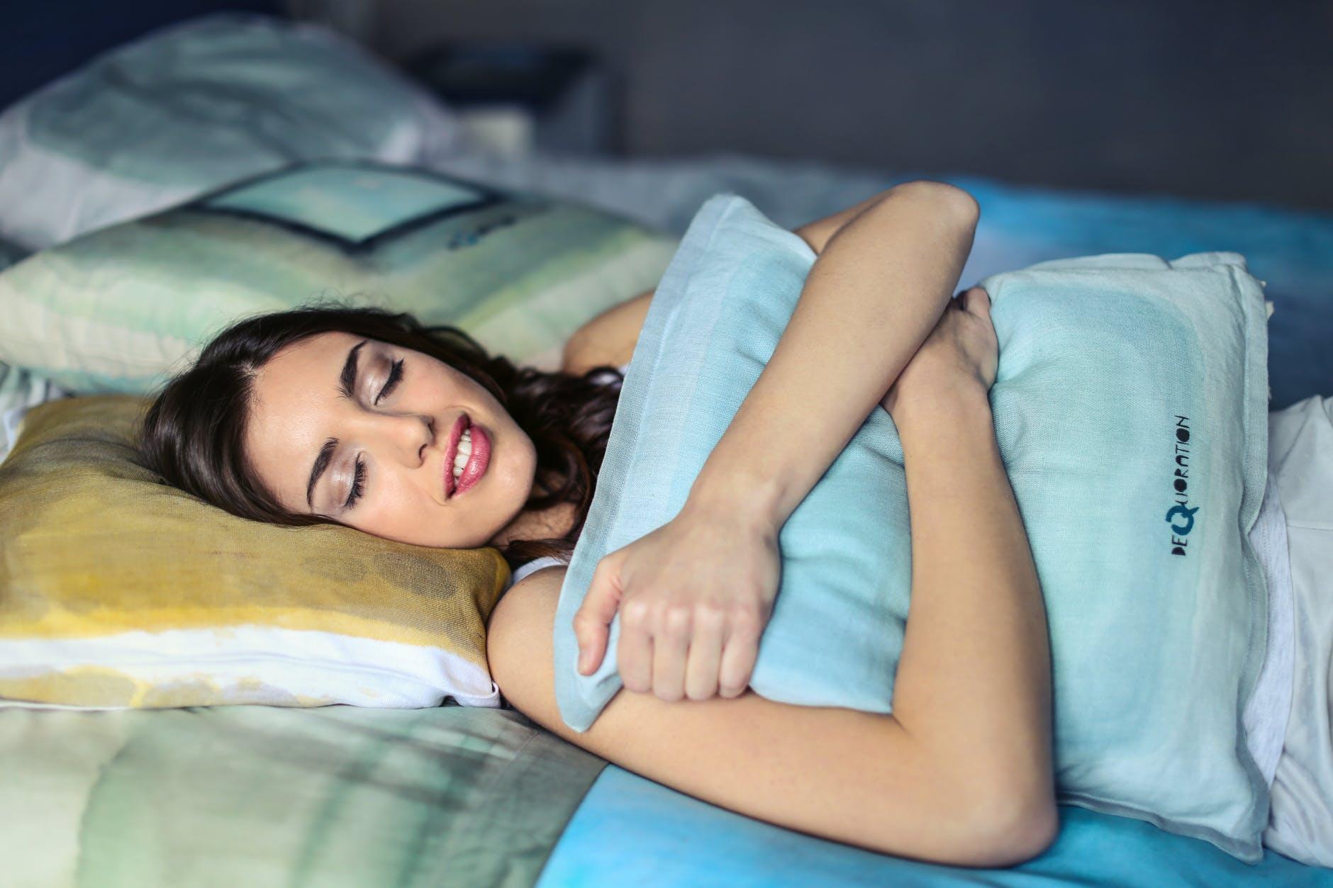 oreiller reveil dormir lit oreiller reveil matin pexels   100% féminin oreiller reveil