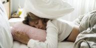 femme matin difficile fatigue sommeil dormir lit couette