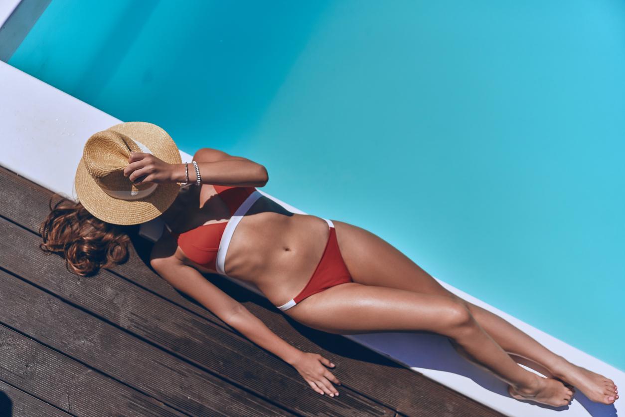 femme bronzer bronzage été vacances plage mer piscine été chapeau maillot de bain