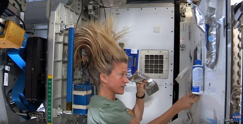 shampoing dans l'espace