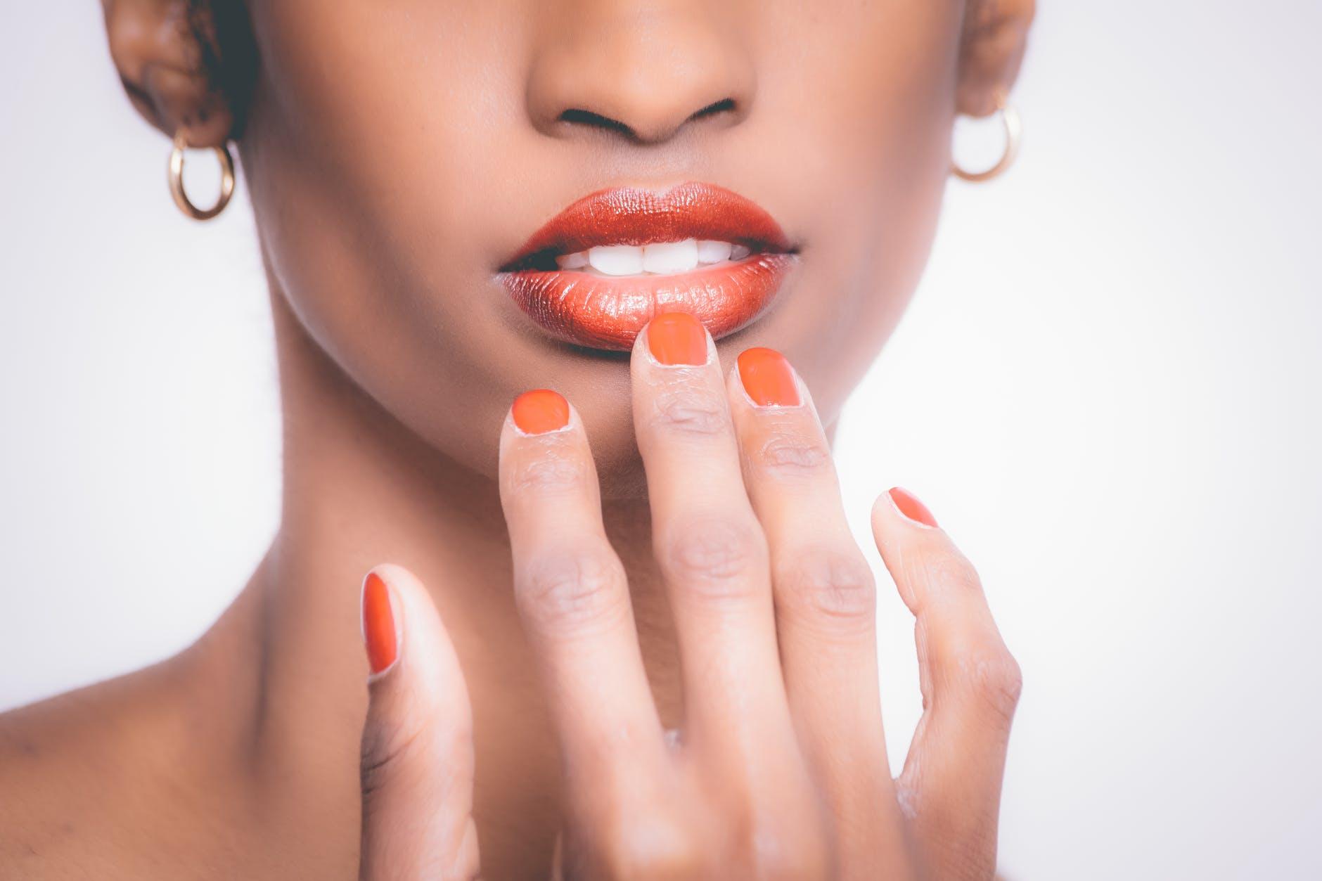 se ronger les ongles femme mains vernis