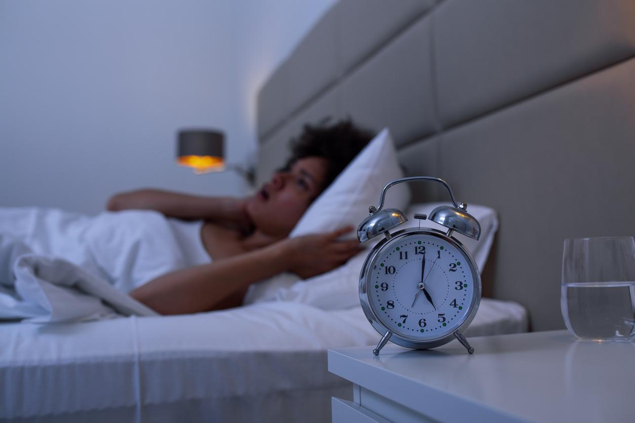 femme insomnie dormir réveil matin difficile nuit sommeil lit