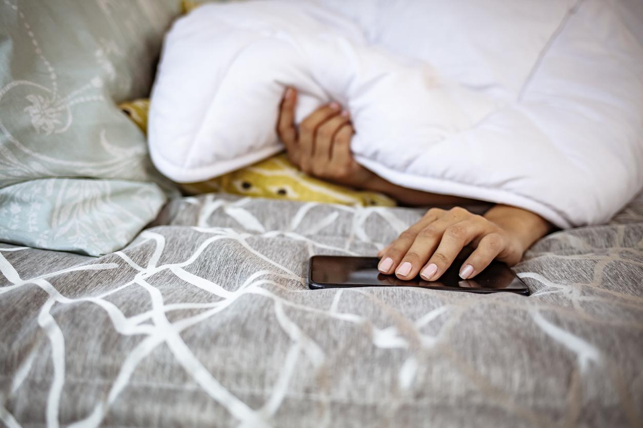 fatigue téléphone smartphone couette lit dormir réveil matin difficile sommeil