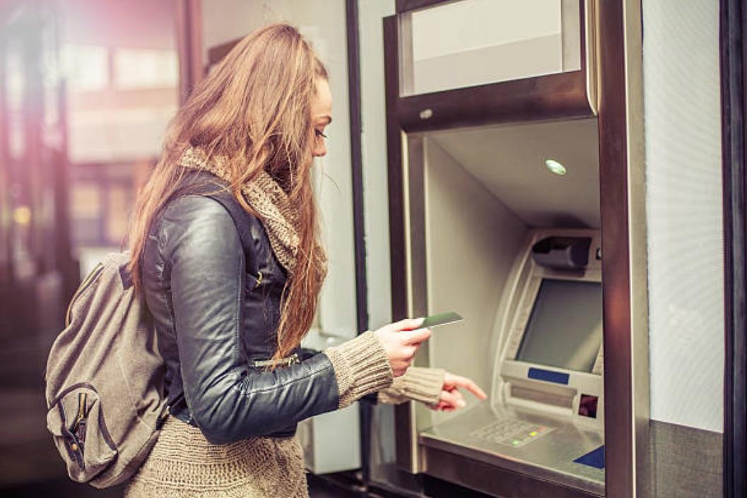 fille retrait argent banque monnaie carte