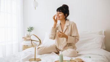 illuminer teint femme pyjama lit chambre matin masque beauté soin peau rituel
