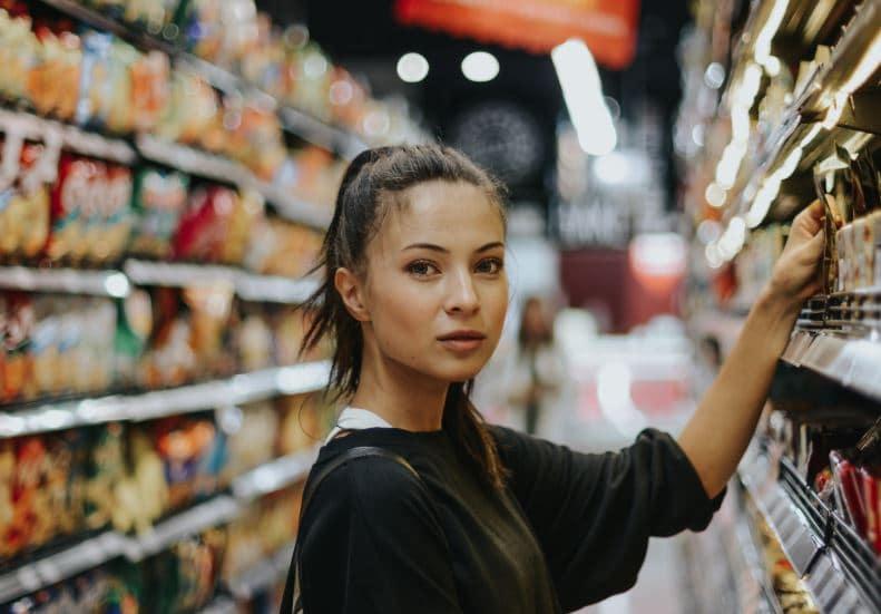supermarché faire ses courses femme ligne