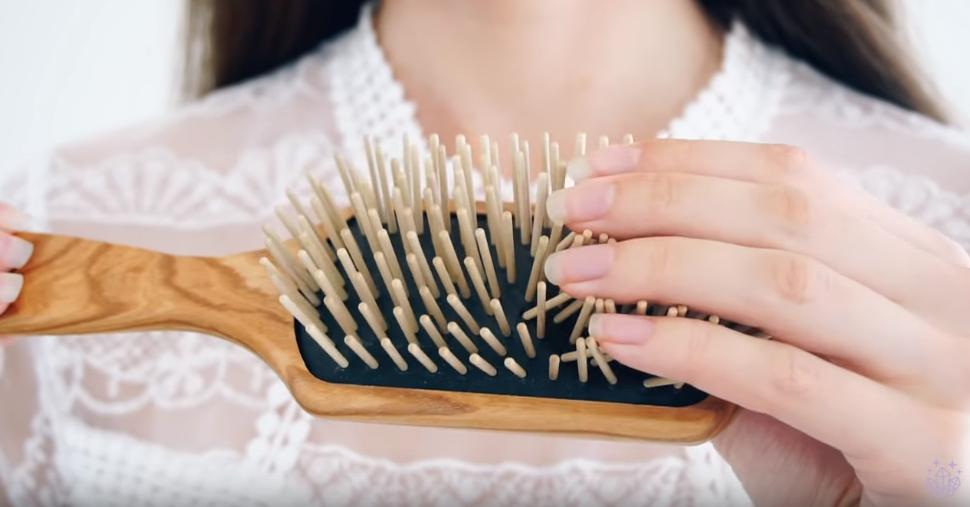 brosse à cheveux en bois à larges dents