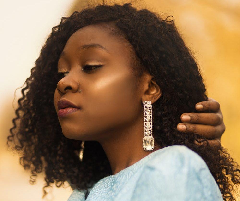 Astuces boucles d oreilles   11 ruses que toutes les filles doivent ... 3a99e6e46ab
