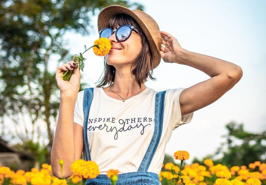 printemps fleurs femme lunette de soleil chapeau