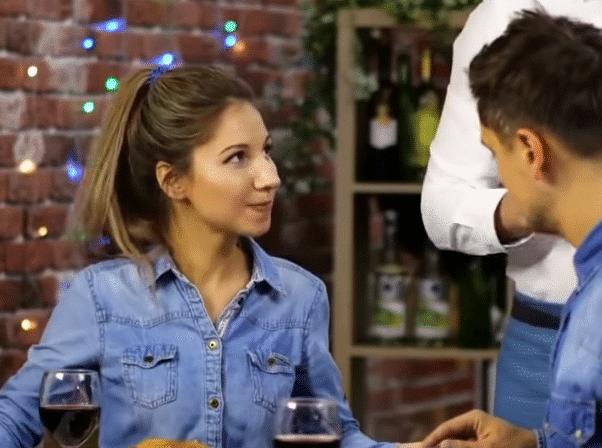 dîner en amoureux repas restaurant chemise en jean